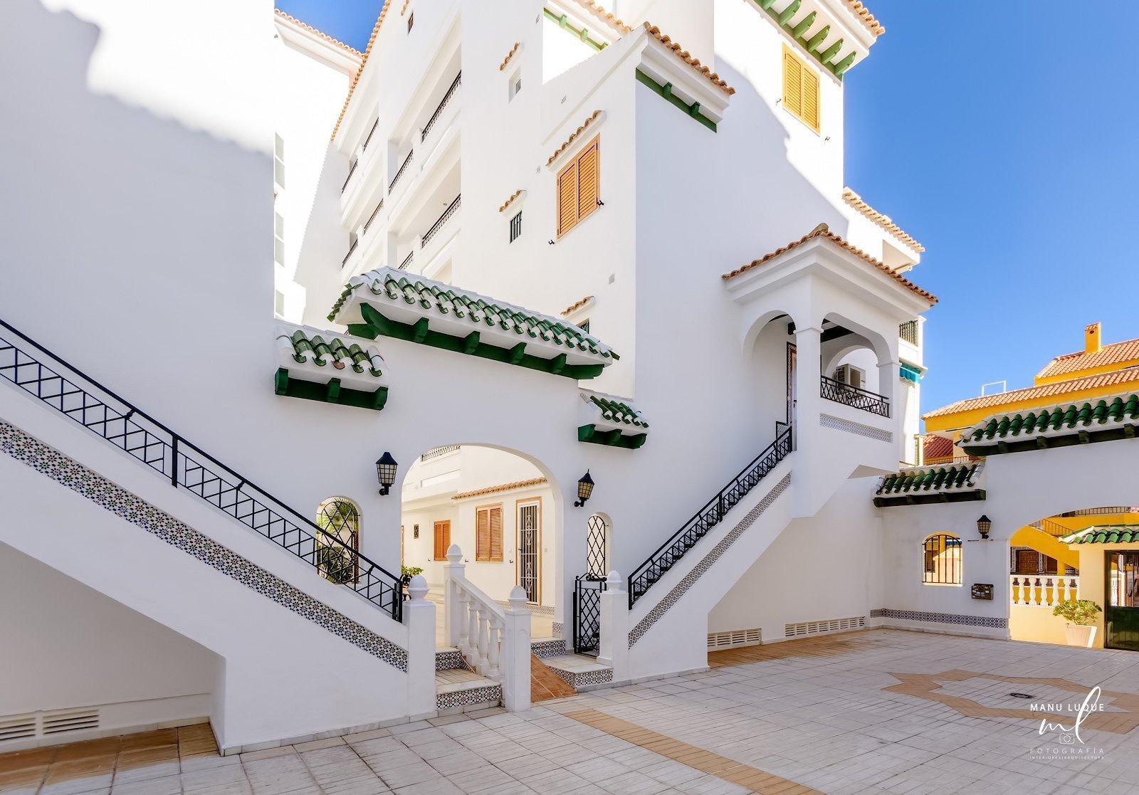 Entrada a urbanización de apartamentos