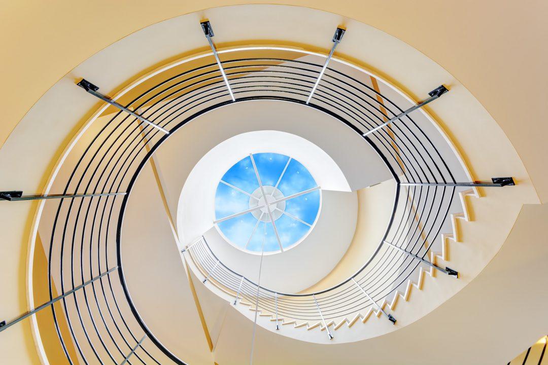 Vista de escalera de caracol desde abajo