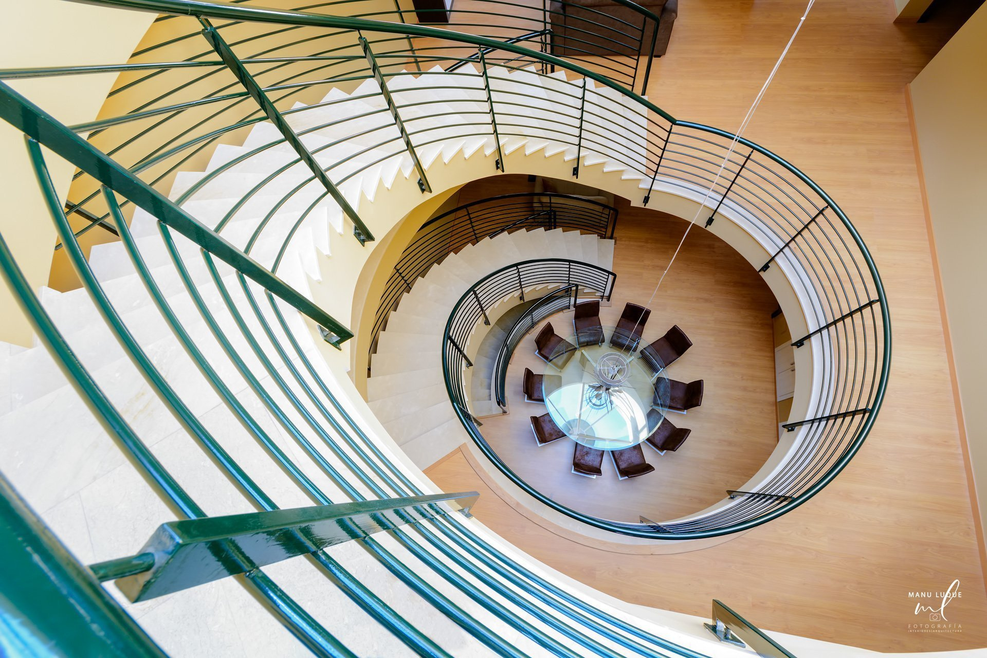 Escalera central de villa en Catral