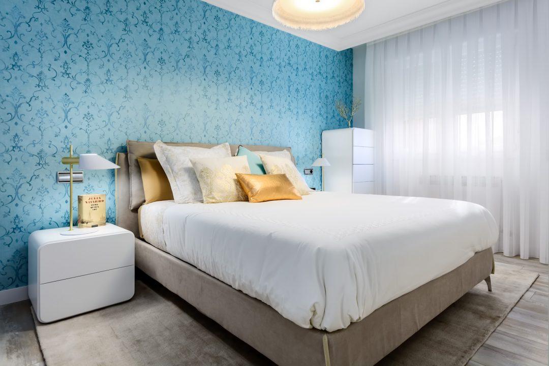Dormitorio paredes en azul en Vitoria-Gasteiz