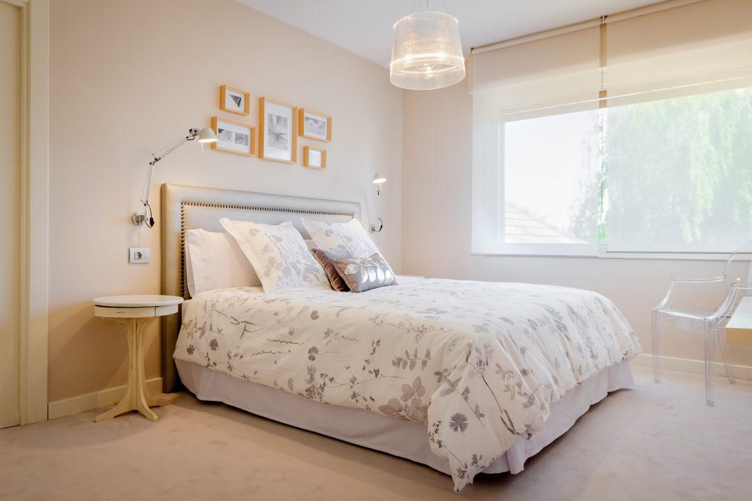 Dormitorio en tonos crema
